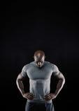 Muskulöser junger Mann, der unten schaut Stockfoto