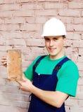 Muskulöser junger Mann in einem Erbauer. stockbild