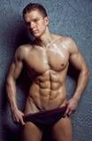 Muskulöser junger reizvoller nasser Mann in der Unterwäsche Lizenzfreie Stockfotografie