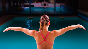 Muskulöser Körper des Mädchenschwimmers im Badeanzug am Poolside Stockbild