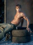 Muskulöser Kerl lizenzfreie stockbilder