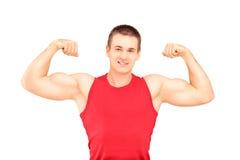 Muskulöser Kerl, der seine Muskeln zeigt Lizenzfreies Stockfoto
