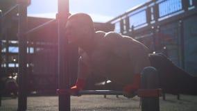 Muskulöser Kerl, der StoßUPS Park am im Freien tut stock footage