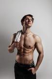 Muskulöser männlicher vorbildlicher Bodybuilder vor der Ausbildung Atelieraufnahme an Stockbild