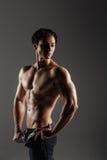 Muskulöser männlicher vorbildlicher Bodybuilder vor der Ausbildung Atelieraufnahme an Lizenzfreie Stockbilder