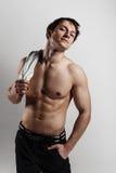 Muskulöser männlicher vorbildlicher Bodybuilder vor der Ausbildung Atelieraufnahme an Stockfotografie