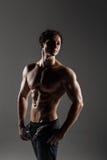 Muskulöser männlicher vorbildlicher Bodybuilder vor der Ausbildung Atelieraufnahme an Lizenzfreies Stockfoto