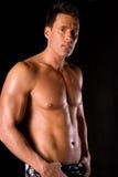Muskulöser Mann. lizenzfreie stockbilder