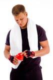 Muskulöser Mann, der die Schutzkappe der Wasserflasche öffnet Stockfotos