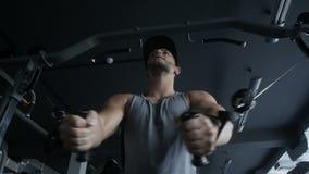 Muskulöser Mann im Unterhemd erhält groß stock video footage