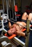 Muskulöser Mann mit Dumbbell Lizenzfreie Stockbilder