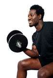 Muskulöser Mann mit Dumbbell Lizenzfreie Stockfotos