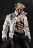 Muskulöser Mann mit geöffnetem Hemd Lizenzfreies Stockfoto