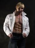 Muskulöser Mann mit geöffnetem Hemd Stockfotografie