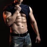 Muskulöser Mann mit Hemd auf Schulter Stockfotos