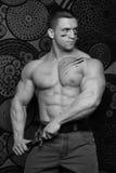 Muskulöser Mann mit Messer Stockfotografie