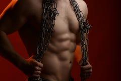 Muskulöser Mann mit Seil stockfoto