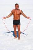 Muskulöser Mann mit Sprungseil auf dem Strand Lizenzfreie Stockfotos