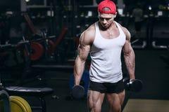 Muskulöses athletisches Bodybuildereignungssport-Modelltraining in der Turnhalle stockfotografie