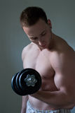 Muskulöses Kerl-Training Lizenzfreie Stockfotografie