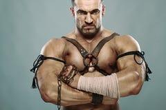 Muskulöses männliches Portrait des alten Kriegers stockbilder