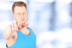 Muskulöses Sportmann pointig vorwärts Sie sind folgend! Stockbilder