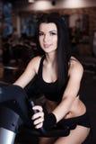 Muskulöses tragendes Sportkleidungstraining der jungen Frau auf Hometrainern in der Turnhalle Intensives Herz Training Lizenzfreies Stockfoto
