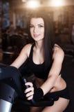 Muskulöses tragendes Sportkleidungstraining der jungen Frau auf Hometrainern in der Turnhalle Intensives Herz Training Lizenzfreie Stockfotos