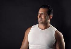 Muskulöst idrotts- posera för man royaltyfri foto