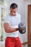 muskulöst kraftigt för man Arkivbild