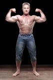 Muskulöst male shirtless i studio royaltyfri foto