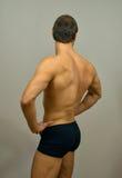 Muskulöst manligt posera för modell royaltyfria bilder