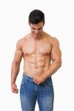 muskulöst shirtless för man arkivbilder