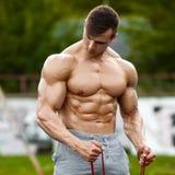 Muskulöst utarbeta för man som är utomhus- och att göra övning Stark manlig naken torsoabs, utanför royaltyfri bild