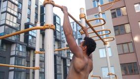 Muskul?s man som g?r handtag-UPS p? horisontalst?ng på genomkörareområde nära hus stock video