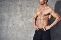 Muskulös konditionmodell, manlig halv kroppman ingen skjorta Royaltyfria Bilder