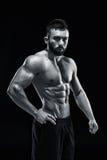 Muskulös kroppsbyggaregrabb som gör att posera Royaltyfri Fotografi