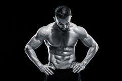 Muskulös kroppsbyggaregrabb som gör att posera Fotografering för Bildbyråer