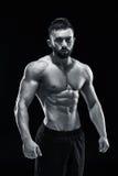 Muskulös kroppsbyggaregrabb som gör att posera Arkivfoton