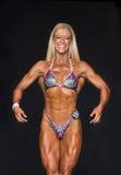 Muskulös och definierad konditionidrottsman nen i bikini Arkivbild