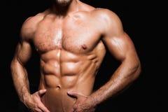 Muskulös och sexig torso av den unga sportiga mannen med Arkivfoton