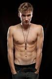 Muskulöser blanker Mann mit Taste Stockfoto