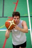 Muskulöser junger Mann, der Basketball spielt Stockfotos