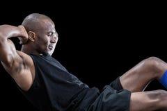 Muskulöser Mann, den das Handeln sitzt, ups mit den geschlossenen Augen Stockbilder