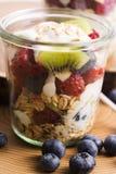 Musli è servito con joghurt e la frutta fresca Fotografia Stock Libera da Diritti