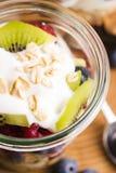 Musli è servito con joghurt e la frutta fresca Immagine Stock Libera da Diritti