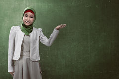Muslim business woman show something Royalty Free Stock Photography