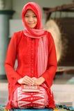 muslim för flickaholdingKoranen royaltyfri foto