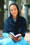 muslim för flickaholdingKoranen royaltyfri bild