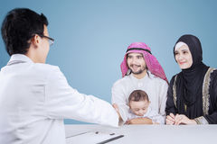 Muslim parents visiting a pediatrician Royalty Free Stock Photography